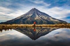 Un vagabundo en el taranaki del soporte, Nueva Zelanda imagen de archivo