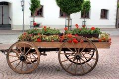Un vagone di legno con i fiori Immagini Stock