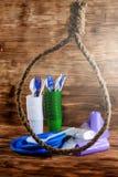 Un vajilla disponible plástico en lazo de la cuerda foto de archivo libre de regalías
