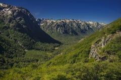 Un valle con las montañas con los bosques imagen de archivo libre de regalías