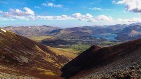 Un valle que lleva a un lago rodeado por las montañas en el lago D Imagen de archivo libre de regalías