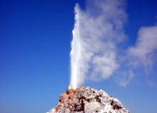 Un vapore della fucilazione del geyser nell'aria Fotografia Stock