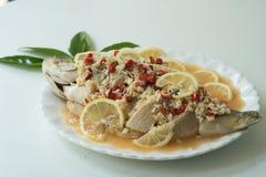Un vapore della spigola con il limone, l'aglio ed il peperoncino rosso rosso - alimento tailandese, sopra Immagine Stock Libera da Diritti