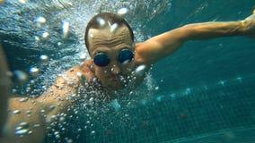 Un varón hermoso blanco joven que hace un selfie subacuático en una cámara de la acción Retrato de un hombre joven con tomar de l fotografía de archivo libre de regalías
