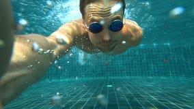 Un varón hermoso blanco joven que hace un selfie subacuático en una cámara de la acción Retrato de un hombre joven con tomar de l foto de archivo libre de regalías