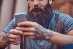 Un varón hermoso del inconformista con una barba elegante y un tatuaje en el suyo fotos de archivo libres de regalías