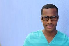 Un varón joven afroamericano confiado y acertado con el espacio de la copia Fotos de archivo