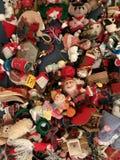 Un variopinto dei giocattoli di Natale e degli ornamenti di festa Fotografia Stock