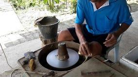 Un vasaio finisce una tazza archivi video