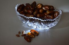 Un vase complètement de dates photos stock