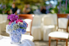 Un vase complètement de fleurs dehors Photographie stock libre de droits