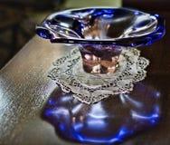 Un vase en verre bleu d'une ère passée Photographie stock libre de droits