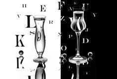 Un vase et un verre à vin Photographie stock