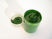 Un vaso aperto della vernice con la gouache Immagine Stock Libera da Diritti