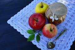 Un vaso dell'inceppamento e delle mele della mela fotografie stock