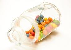 Un vaso di vetro con le caramelle colorate Fotografia Stock Libera da Diritti