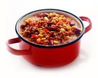 Un vaso rosso pieno del piatto principale appetitoso Fotografie Stock