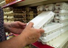 Un vassoio con il pollo eggs nelle mani di un uomo Fotografia Stock Libera da Diritti