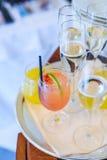 Un vassoio con le bevande alcoliche su una tavola di legno Immagini Stock