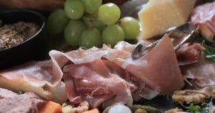 Un vassoio del charcuterie curato della carne Immagini Stock
