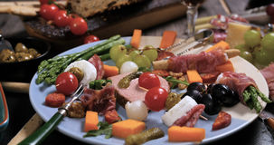 Un vassoio del charcuterie, del prosciutto, del salame, del patè e del che curati della carne Fotografia Stock