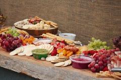 Un vassoio delizioso dell'alimento di frutta, dadi, Chesse, immersioni, carne della ghiottoneria immagine stock