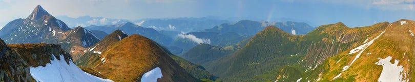 Un vasto panorama delle cime della montagna immagini stock
