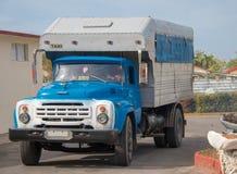 Un vecchio camion americano convertito in taxi in Cuba fotografie stock