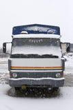 Un vecchio camion parcheggiato nella neve immagini stock