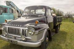 Un vecchio camion posteriore aperto colorato grigio di retro guado del letto fotografia stock libera da diritti