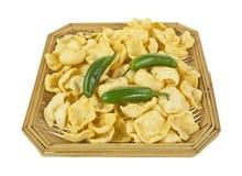 Canestro dei peperoni del jalapeno e delle patatine fritte Fotografie Stock Libere da Diritti