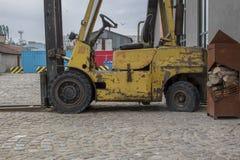 Un vecchio carrello elevatore abbandonato alla stazione del mare a Varna fotografie stock