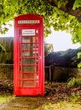 Un vecchio chiosco di telefono inglese e rosso Immagini Stock