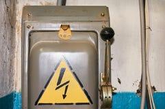 Un vecchio commutatore ad alta tensione elettrico con un segno dipinto del pericolo Fotografie Stock Libere da Diritti