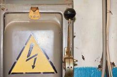 Un vecchio commutatore ad alta tensione elettrico con un segno dipinto del pericolo Immagini Stock Libere da Diritti