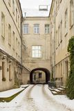 Un vecchio cortile a Vilnius, Lituania Immagine Stock Libera da Diritti