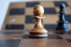 Un vecchio dipende il campo di scacchi Fotografia Stock Libera da Diritti