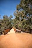 Un vecchio e di nuovo ponte di camminata pedonale in John Forrest Nation Fotografia Stock