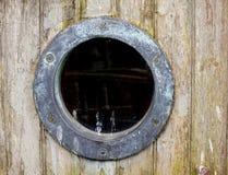 Un vecchio foro arrugginito della porta della nave Fotografia Stock