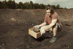 Un vecchio frammento di cuneiforme di Akkad trovato sugli scavi del terreno immagini stock libere da diritti