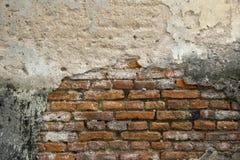 Un vecchio frammento stagionato del muro di mattoni Fotografia Stock Libera da Diritti