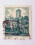 Un vecchio francobollo orientale verde con un'immagine del castello del wartburg Fotografia Stock