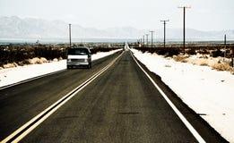 Un vecchio furgone classico sta viaggiando sulla strada famosa 66, U.S.A. immagini stock libere da diritti