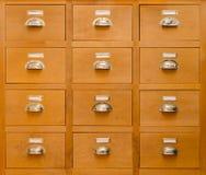 Un vecchio gabinetto rettangolare con dodici cassetti Immagini Stock