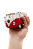 Un vecchio giocattolo del bus in mani Immagini Stock