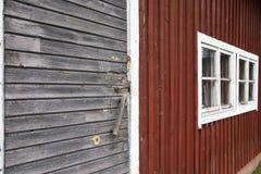 Un vecchio granaio con le pareti di legno rosse Fotografia Stock Libera da Diritti
