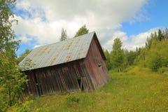 Un vecchio granaio in Svezia, stante completamente obliquamente fotografia stock