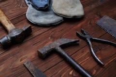 Un vecchio insieme di lavorazione con utensili per la carpenteria sopra il backgro di legno Fotografia Stock Libera da Diritti