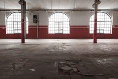 Un vecchio interno industriale vuoto del magazzino Fotografia Stock Libera da Diritti