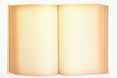 Un vecchio libro con le pagine macchiate gialle in bianco Fotografie Stock Libere da Diritti